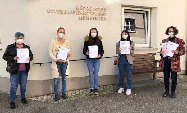 """P-Seminar Englisch übergibt """"Bleib-Fit-Heftchen"""" ans Bürgerstift"""